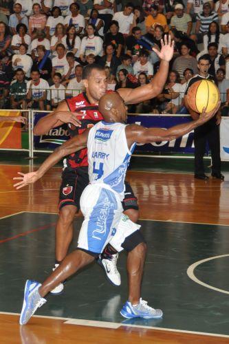 Larry Taylor arrisca bandeja para o Bauru contra o Flamengo