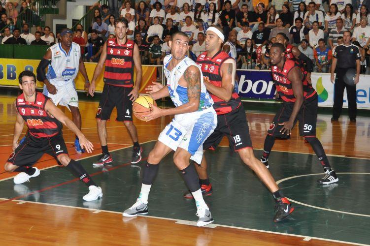 Douglas Nunes é marcado por Jefferson durante o duelo entre Bauru e Flamengo