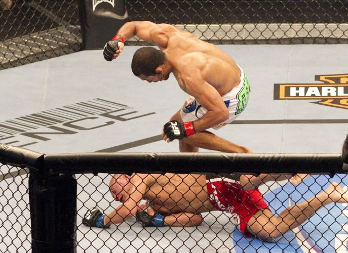 José Aldo golpeia Mark Hominick no chão do octógono. O brasileiro deformou o rival canadense e manteve o cinturão do UFC na edição 129, em Toronto, no Canadá.
