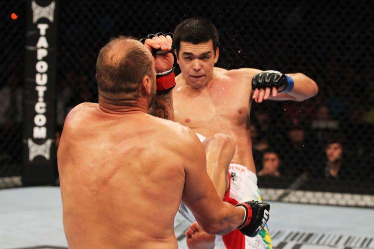 Lyoto Machida desfere um impressionante chute frontal e nocauteia a lenda Randy Couture no UFC 129