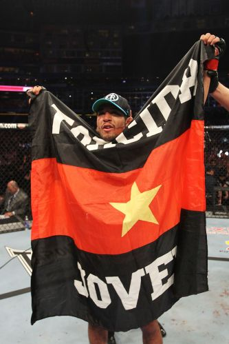 Jos Aldo comemora vitria no UFC 129 com bandeira de torcida organizada do Flamengo