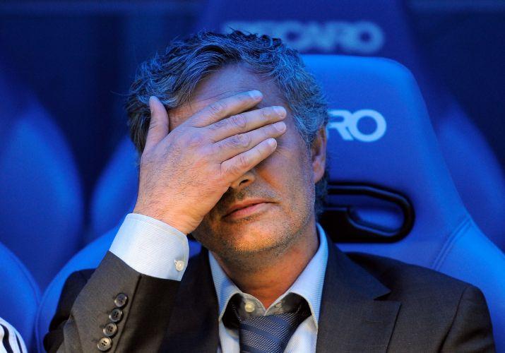 Técnico José Mourinho lamenta erros do Real Madrid durante a derrota para o Zaragoza no Santiago Bernabeu