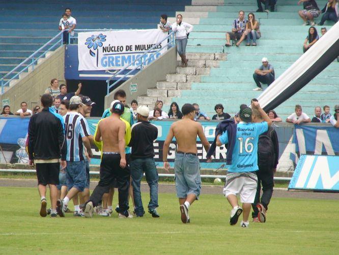 Victor é cercado por torcedores que invediram terinamento do Grêmio neste sábado