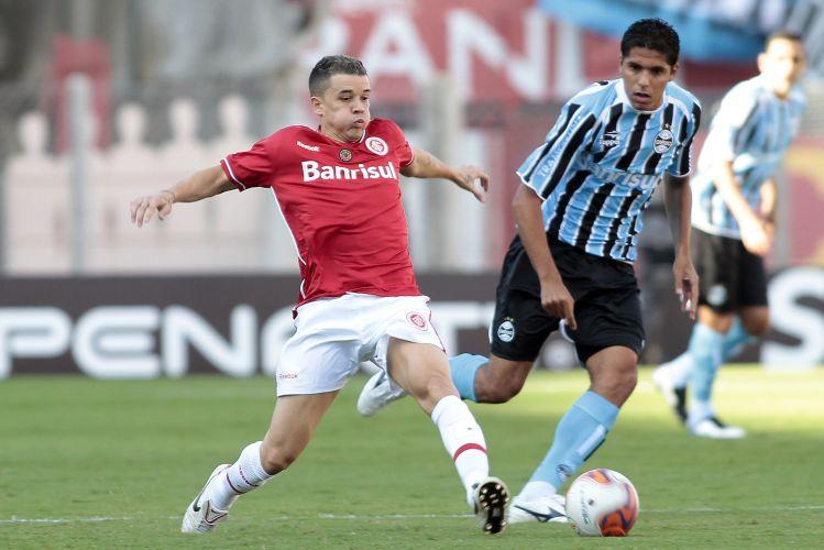 D'Alessandro se estica para passar a bola no início do Gre-nal, marcado de perto por William Magrão. O jogo deste domingo decide o segundo turno do Campeonato Gaúcho.