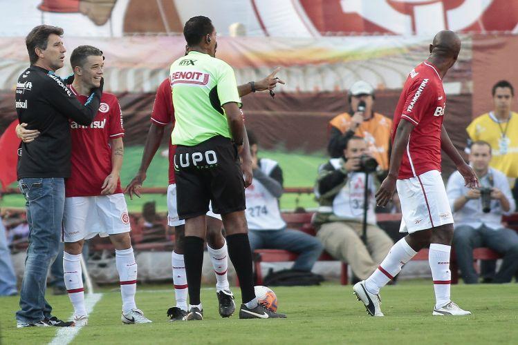 Em um momento de jogo parado, D'Alessandro, meia do Inter, dá um abraço em Renato Gaúcho, técnico do Grêmio.