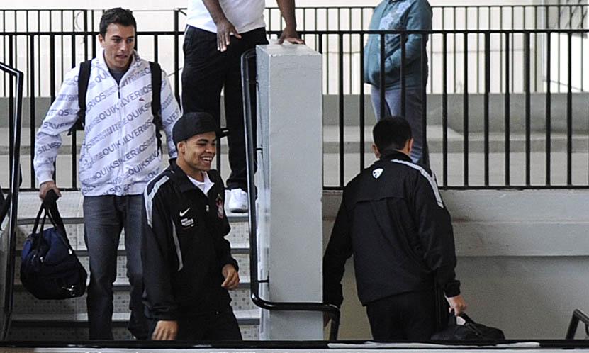 Sorridente, Dentinho chega aos vestiários do Pacaembu acompanhado de outros membros da delegação corintiana. O clássico deste domingo contra o Palmeiras define o rival do Santos na final do Campeonato Estadual.