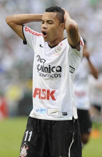 Dentinho lamenta chance perdida pelo Corinthians no clássico contra o Palmeiras