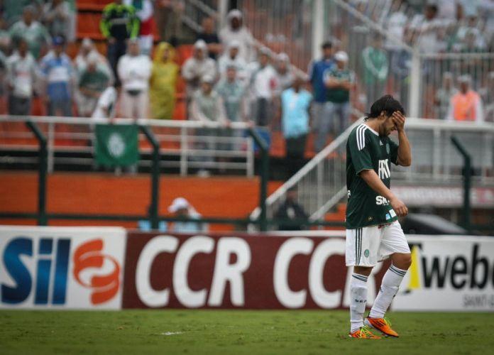 Valdivia sente lesão após dar seu polêmico 'chute no vácuo' no clássico entre Palmeiras e Corinthians