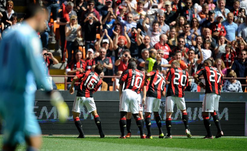Jogadores do Milan comemoram gol marcado por Flamini contra o Bologna pelo Italiano