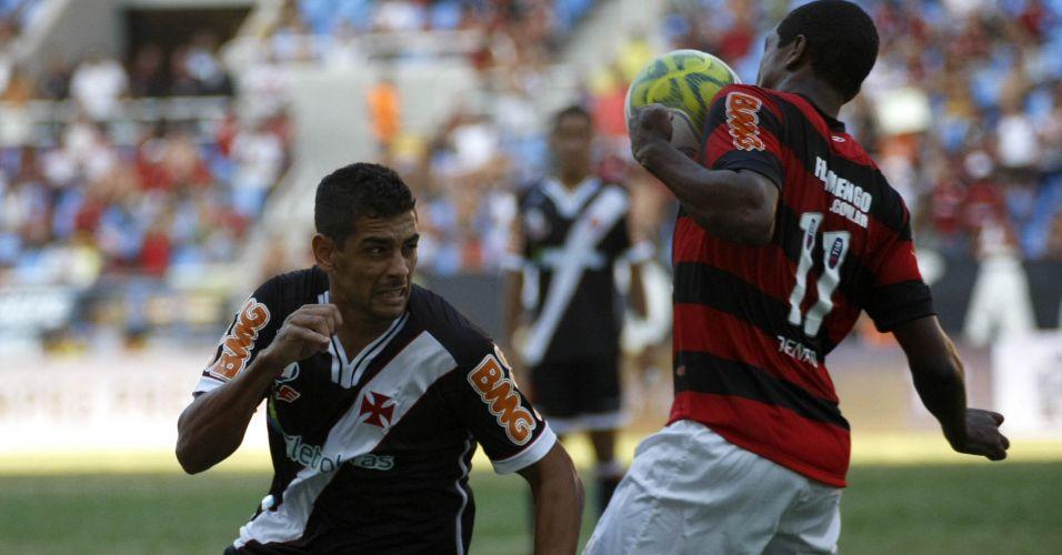 Renato domina bola para o Flamengo e evita que Diego Souza consiga recuperar a posse no clássico do Engenhão
