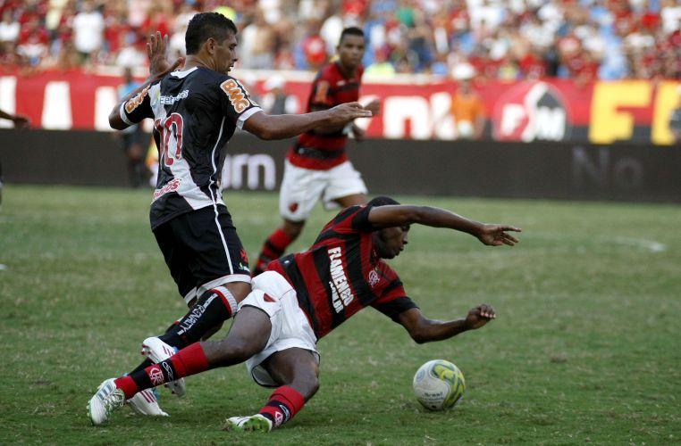 Diego Souza tenta passar pela marcação de Renato no clássico diante do Flamengo no Engenhão