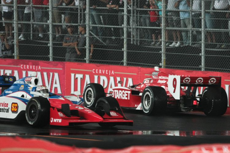 Scott Dixon (9) roda e fica de frente para os rivais na pista do Anhembi, enquanto Sebastian Saavedra passa por ele no incio da Indy 300.