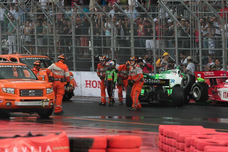 Danica Patrick sai do seu carro após uma batida que envolveu outros três pilotos. Além dela, Simona de Silvestro, Hélio Castroneves e Tony Kanaan também sofreram com o choque no início da Indy 300.