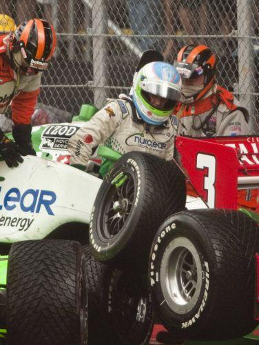 Simona de Silvestro sao de seu carro após a batida que ainda envolveu Danica Patrick e Helio Castroneves nas primeiras voltas da Indy 300, em São Paulo. A corrida foi atrapalhada pela chuva e teve de ser paralisada.