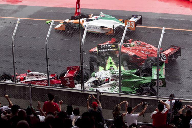 Visão diferente do acidente que envolveu Danica Patrick, Helio Castroneves, Simona de Silvestro e Tony Kanaan, que no exato momento do clique encosta no carro de Danica e também fica danificado.