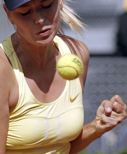Maria Sharapova comemora ponto em vitória sobre a holandesa Arantxa Rus no Masters de Madri