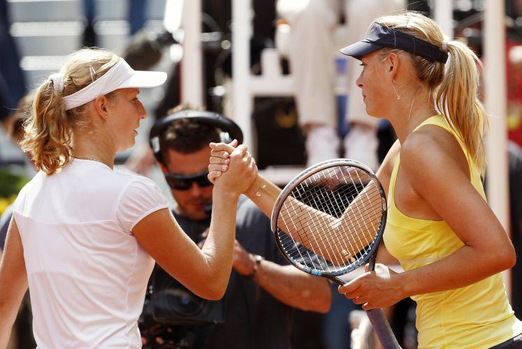 Maria Sharapova (d) cumprimenta Ekaterina Makarova após vencer a adversária por 2 sets a 1 (parciais de 6-3, 3-6 e 6-1) e passou para a terceira rodada do Torneio de Madri