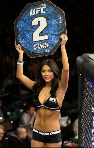 Ring Girl em ao no intervalo de luta do Ultimate Fighting Championship