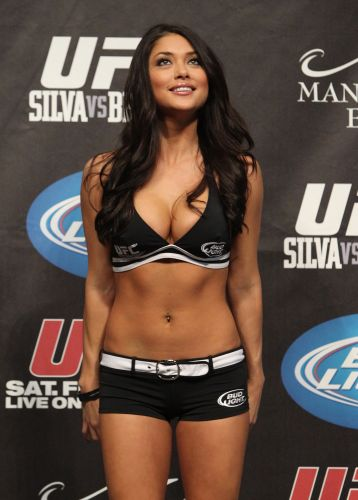 Foto da pesagem do UFC 126 com a ring girl Arianny Celeste
