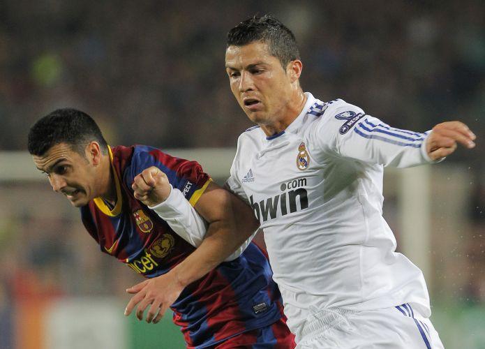 Pedro e Cristiano Ronaldo brigam pela bola durante a semifinal entre Barcelona e Real Madrid na Liga dos Campeões