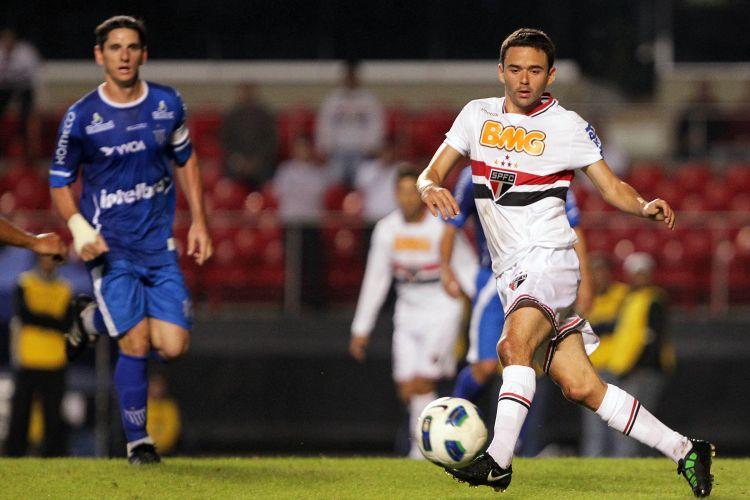 O lateral-esquerdo Juan, do São Paulo, puxa contra-ataque do time diante do Avaí