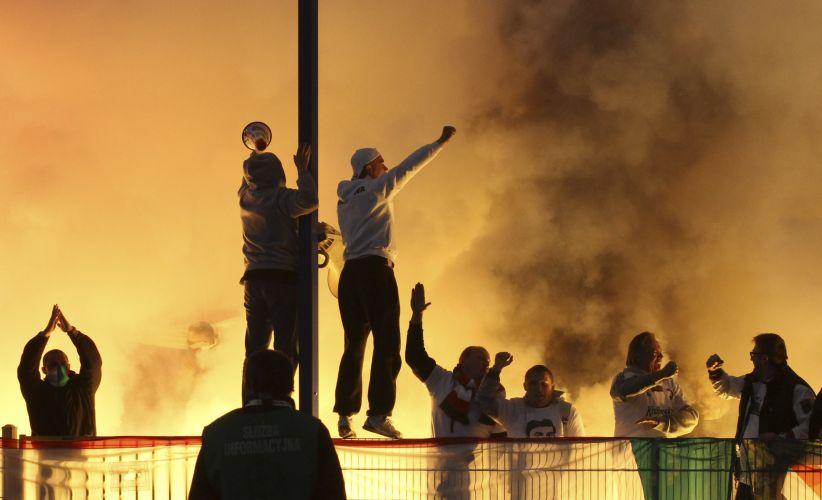 Hooligans são vistos no estádio durante final entre Legia Warszawa e Lech Poznan, pela decisão da Copa da Polônia