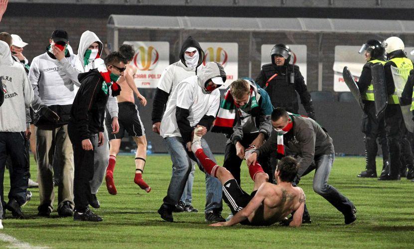 Hooligans invadem o campo após o fim da partida e perseguem, jogadores do time. Atuação dos hooligans preocupa entidades e governo polonês