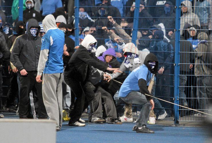 Torcedores roubaram material dos jornalistas, depredaram o estádio e entraram em conflito com os policiais