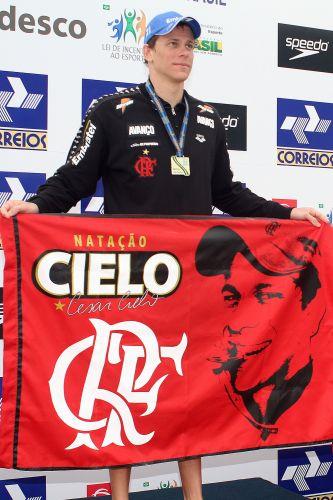 Cesar Cielo posa com a bandeira do Flamengo após a vitória nos 50 m livre do Troféu Maria Lenk