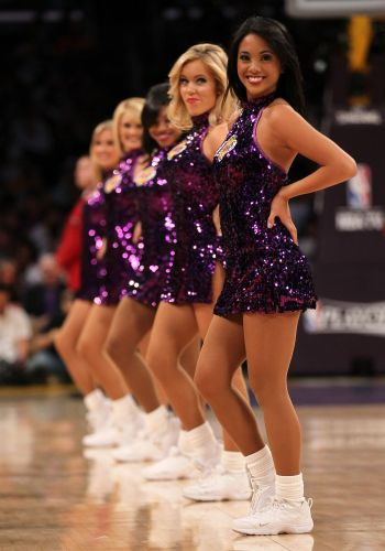 Cheerleaders animam a torcida no Staples Center, mas o Los Angeles Lakers não: perdeu para o Dallas Mavericks no segundo jogo dos playoffs