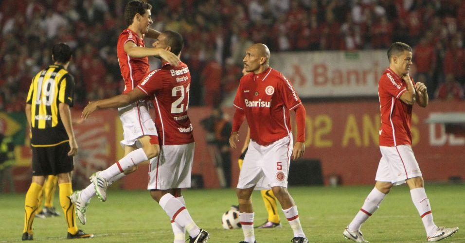 Oscar comemora com o zagueiro Rodrigo depois de abrir o placar para o Internacional diante do Peñarol no Beira-Rio
