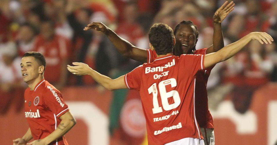 Oscar é abraçado por Andrezinho após marcar para o Inter na partida contra o Peñarol no Beira-Rio
