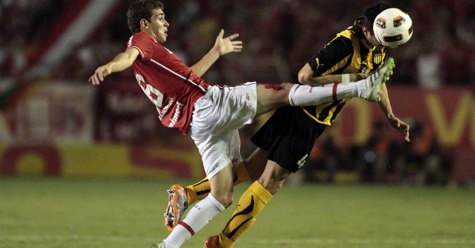 Oscar disputa bola com Damian Gonzalez, do Peñarol, em partida pelas oitavas de final da Libertadores no Beira-Rio