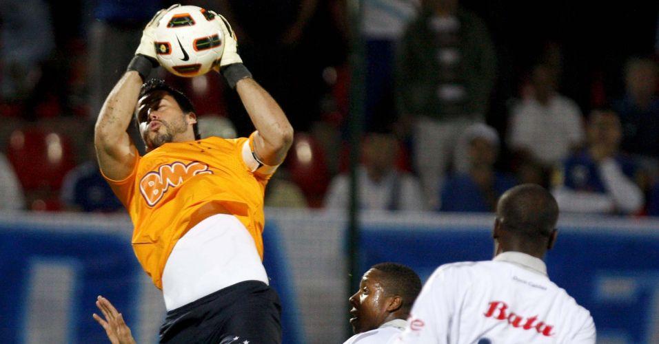Fábio faz defesa para o Cruzeiro na partida contra o Once Caldas