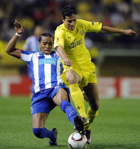 O atacante Nilmar (dir.), brasileiro do Villarreal, se livra da dura marcação do jogador do Porto