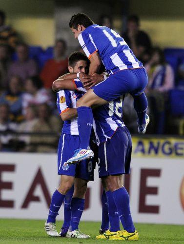 Jogadores do Porto comemoram gol de empate contra o Villarreal, marcado pelo atacante brasileiro Hulk