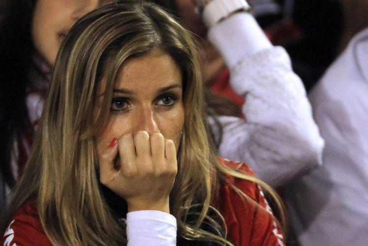 Torcedora do Inter lamenta queda do time, em casa, na Copa Libertadores