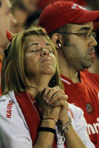 Torcida do Internacional sofre com a queda do time para o Peñarol (URU) na Libertadores