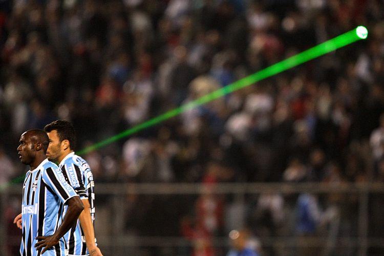 Jogadores do Grêmio deixam o gramado após a eliminação do time para a Universidad Catolica