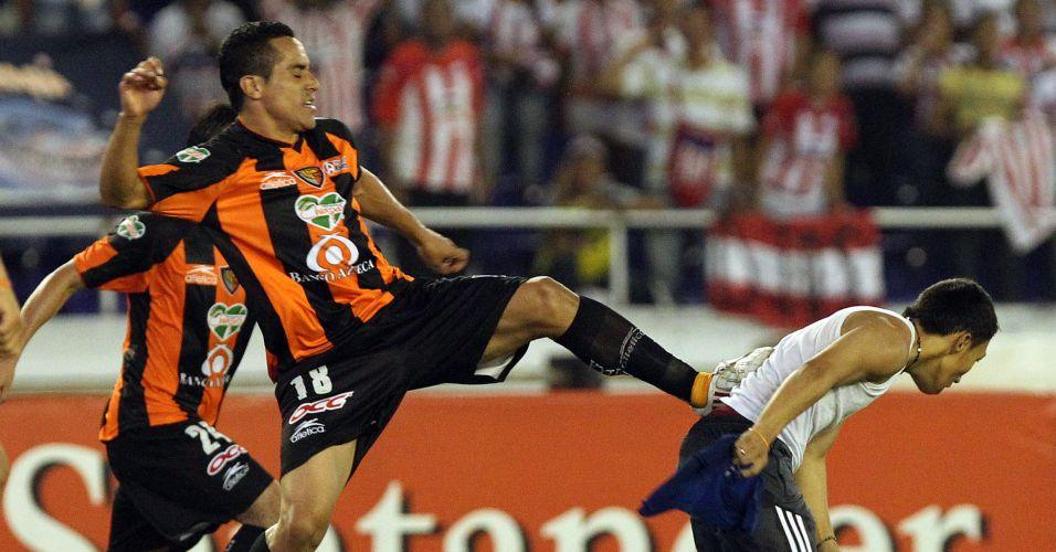 Luis Esquerda, do Jaguares, chuta torcedor que invadiu o campo na partida contra o Atlético Junior pela Copa Libertadores