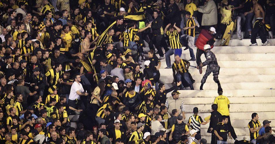 Torcedores do Peñarol entram em conflito com membros da Brigada Militar na partida da Libertadores contra o Internacional na Copa Libertadores