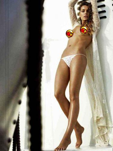 A modelo Alena Seredova, mulher do goleiro Buffon tirou a roupa novamente e estrela a edição de outubra da Maxim russa