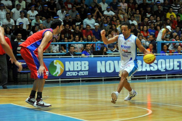 Artur conduz a bola diante da marcação de Morro, do Pinheiros