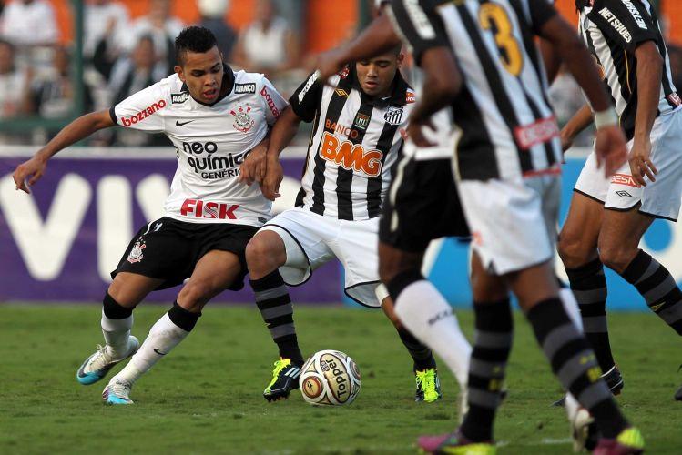Adriano e Dentinho disputam a bola em clássico travado no Pacaembu