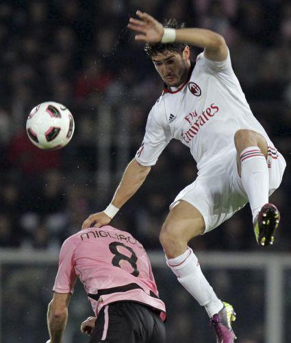 Pato tenta passar por Migliaccio durante a derrota do Milan para o Palermo