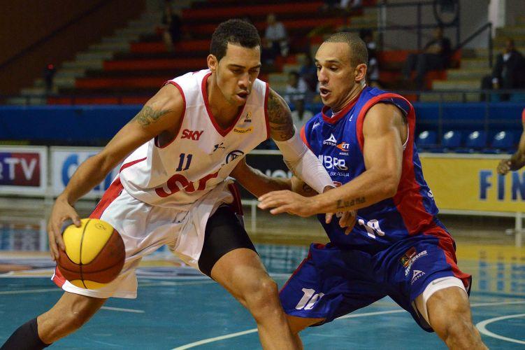 Duelo entre jogadores que já atuaram na NBA: Marquinhos do Pinheiros contra Alex, do Brasília