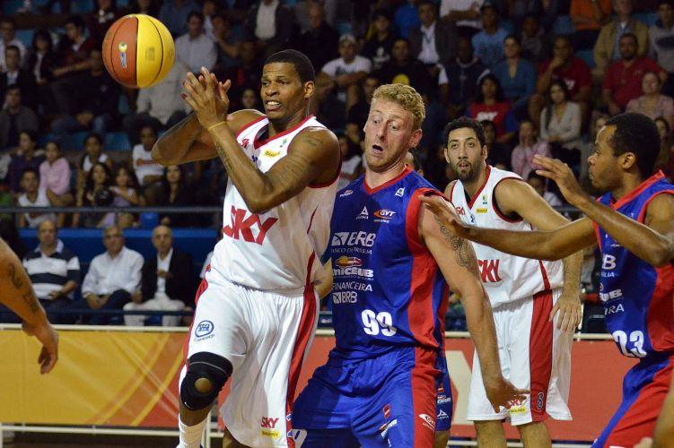 Norte-americano Shammel (à esquerda), do Pinheiros, foi um dos destaques da partida.