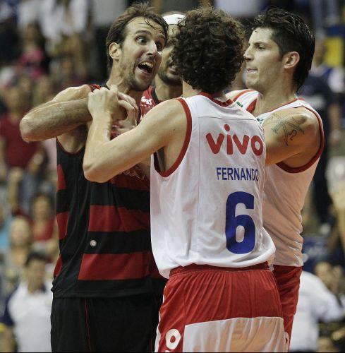 Fernando Pena deu drible por baixo das pernas em Teague; Marcelinho não gostou e partiu para cima.