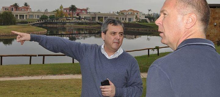 Guilherme Ribeiro analisa o hotel ao lado do treinador Mano Menezes