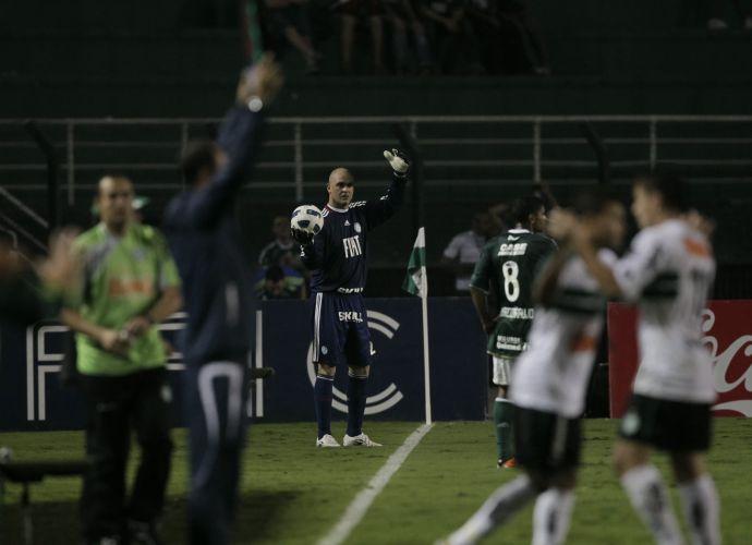 No desespero, Marcos bate até lateral para tentar ajudar o Palmeiras a reverter a vantagem do Coritiba